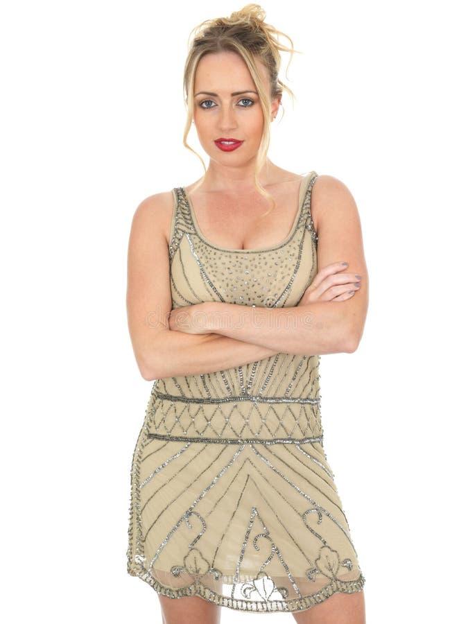 Bärande klaffklänning för ung kvinna med vikta armar royaltyfri foto