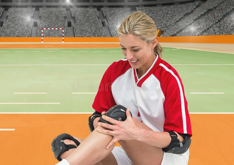 Bärande kneepad för kvinnlig handbollspelare fotografering för bildbyråer