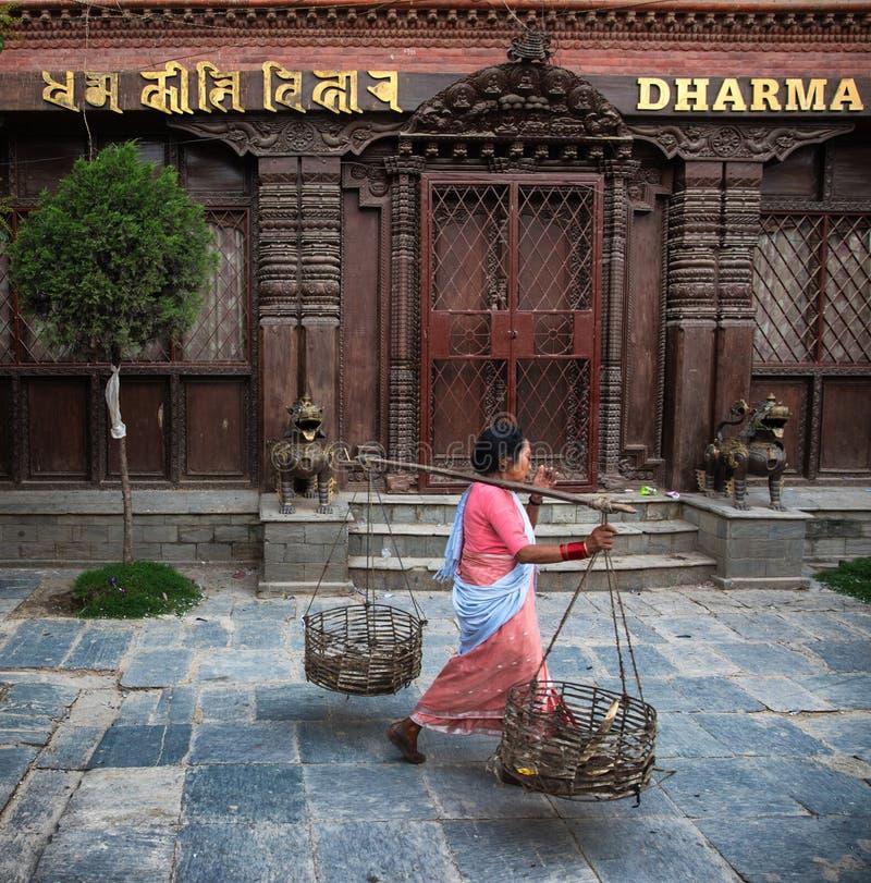 Bärande korgar för kvinna, Katmandu, Nepal royaltyfri bild