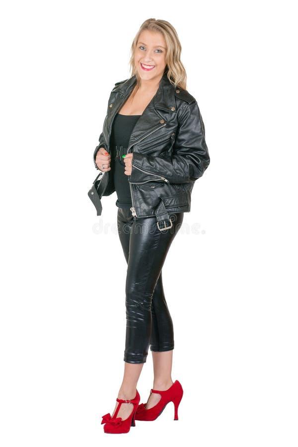 Bärande läderomslag för blond kvinna och läderflåsanden arkivbild