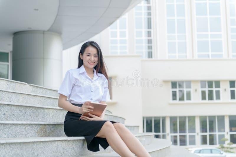 Bärande likformig för tonårs- flicka och användaminnestavla royaltyfri bild