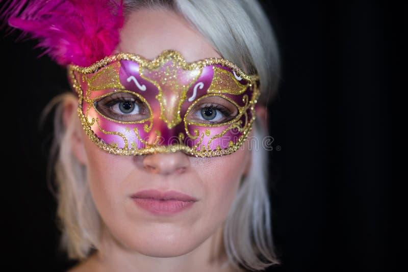 Bärande maskeradmaskering för kvinna arkivfoton