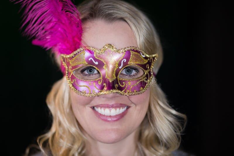Bärande maskeradmaskering för kvinna royaltyfria foton
