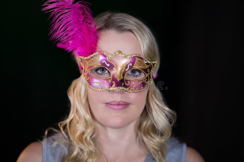 Bärande maskeradmaskering för kvinna arkivbilder