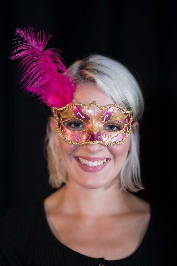 Bärande maskeradmaskering för kvinna fotografering för bildbyråer