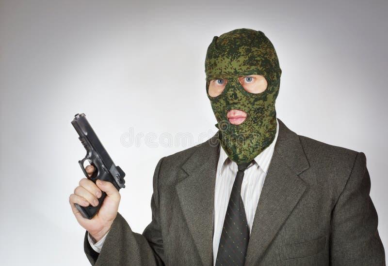 Bärande maskering för man med ett vapen arkivbilder