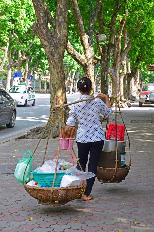 Bärande matkorg för försäljare i Hanoi Vietnam arkivfoton