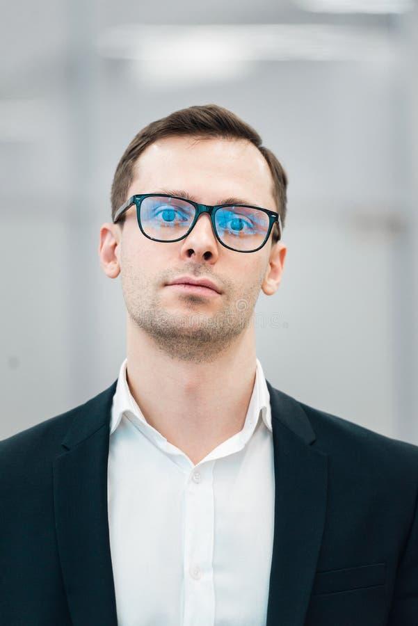 Bärande modeglasögon för ung stilig man mot neutral bakgrund med massor av kopieringsutrymme royaltyfri fotografi