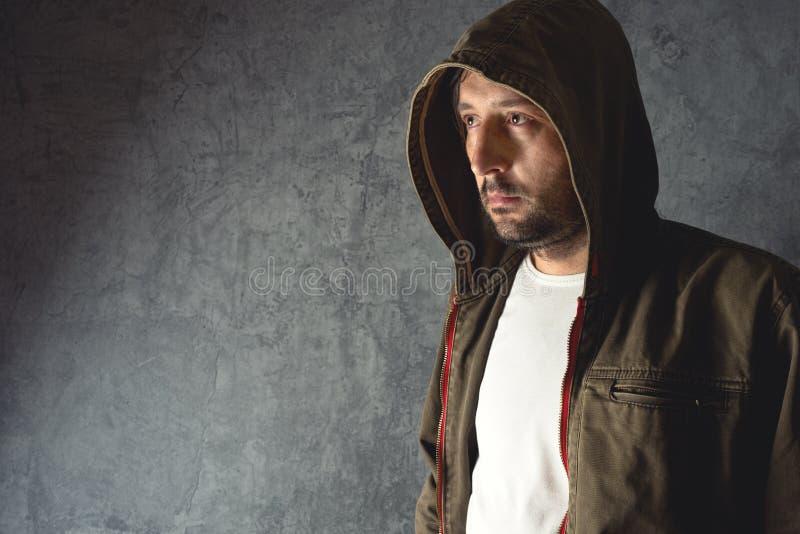 Bärande omslag för man med hoodien royaltyfri foto