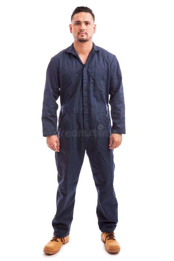 Bärande overaller för ung man royaltyfria foton