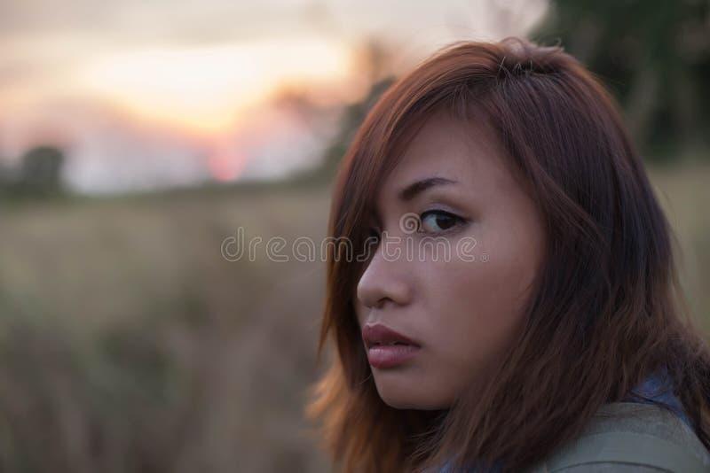 Bärande påse för kvinna av handelsresande i fältsolnedgångarna fotografering för bildbyråer