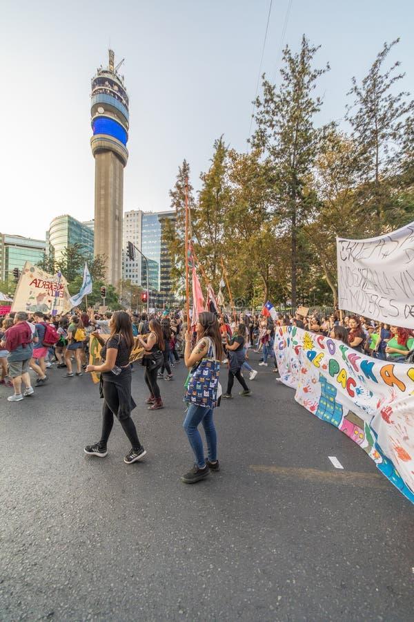 Bärande person som protesterartecken för folk under kvinnors dag 8M på Santiago de Chile arkivfoto