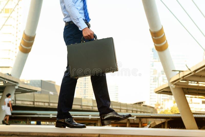Bärande portfölj för affärsman i handling att starta arbeta forw arkivfoton