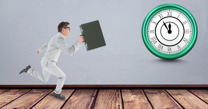 Bärande portfölj för affärsman, medan köra sent med klockan i bakgrund royaltyfri bild
