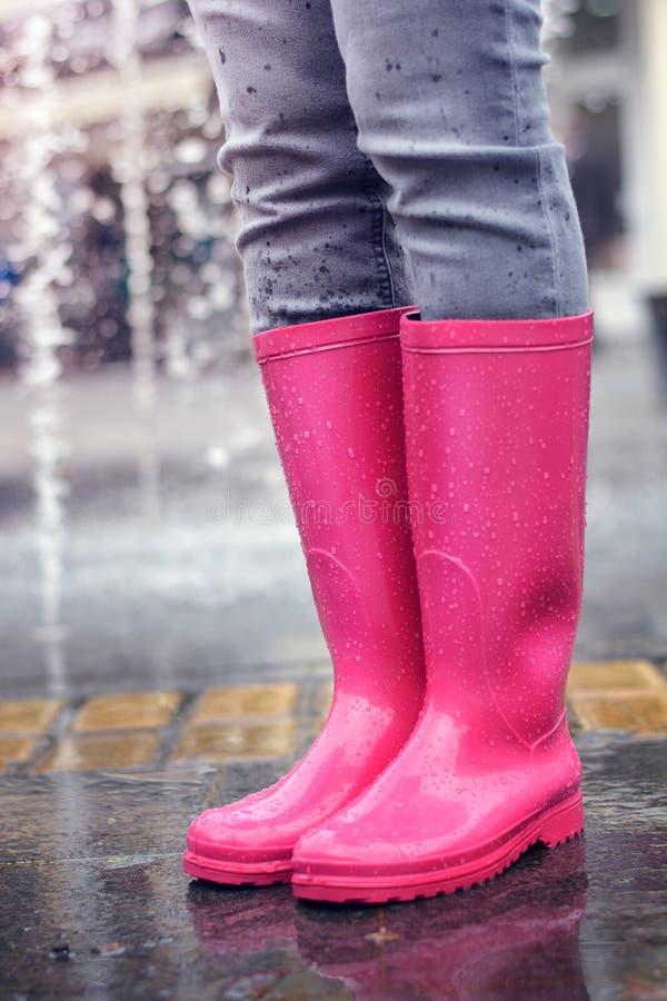 Bärande regnkängor för ung flicka fotografering för bildbyråer