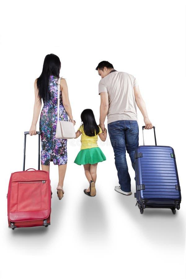 Bärande resväska för familj i studio arkivbilder