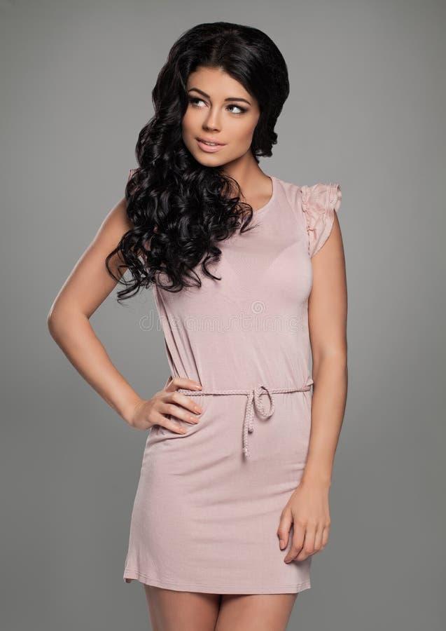 Bärande rosa färgklänning för gullig kvinna fashion ståenden fotografering för bildbyråer