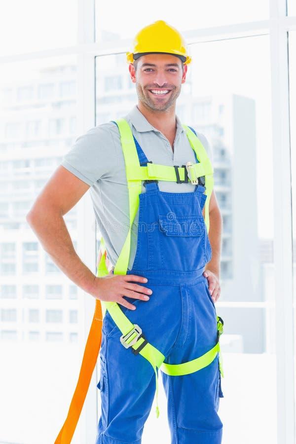 Bärande säkerhetssele för byggnadsarbetare i regeringsställning arkivfoto