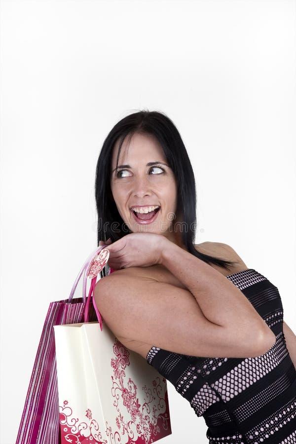 Bärande shoppingpåsar för kvinna royaltyfri bild