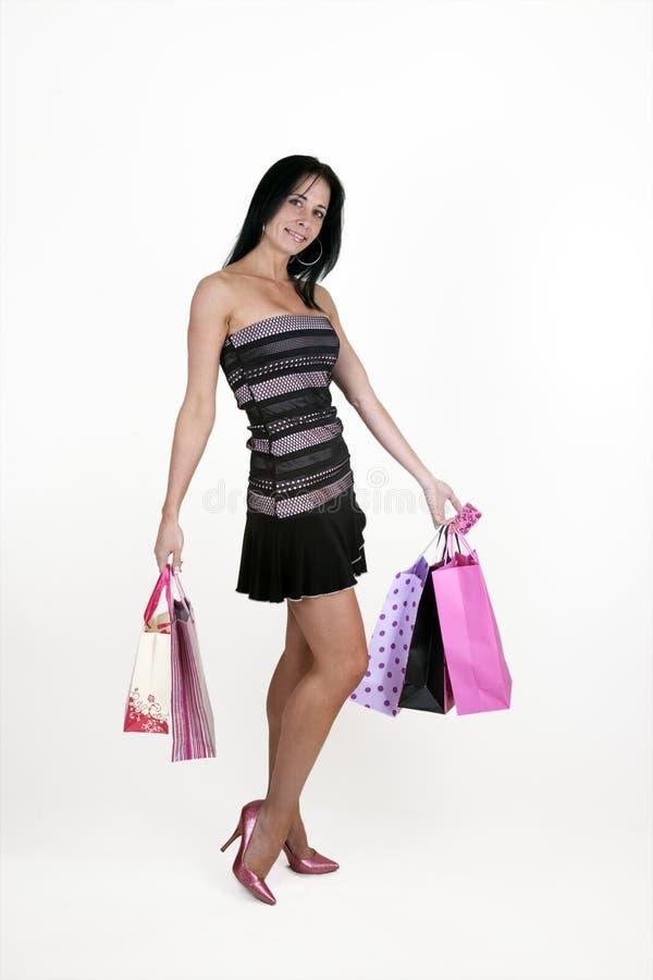 Bärande shoppingpåsar för kvinna arkivbilder
