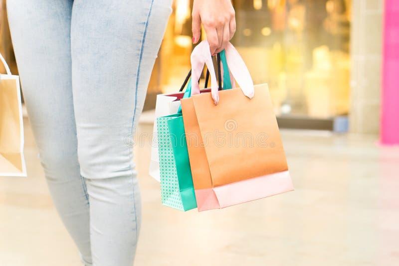 Bärande shoppingpåsar för kvinna på en galleria eller en köpcentrum fotografering för bildbyråer