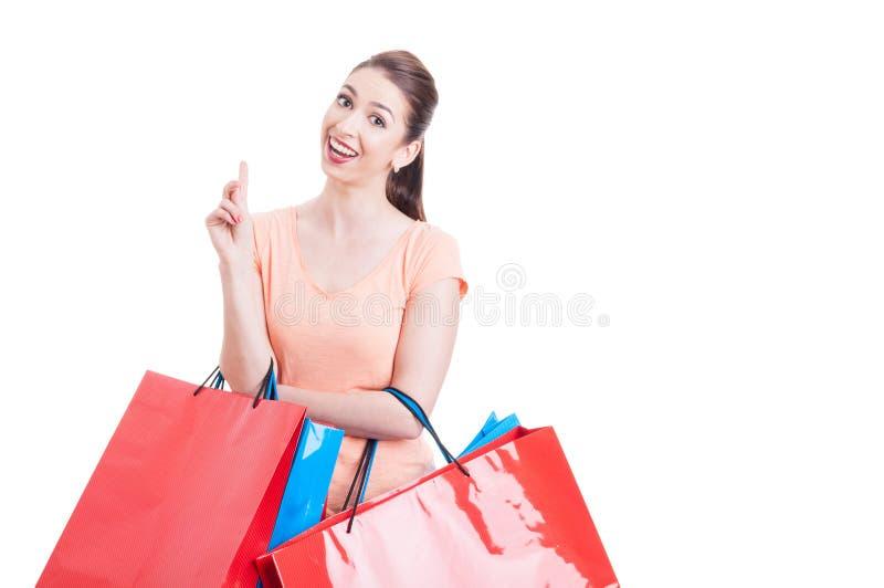 Bärande shoppingpåsar för ung kvinna som har begrepp för stor idé royaltyfria foton