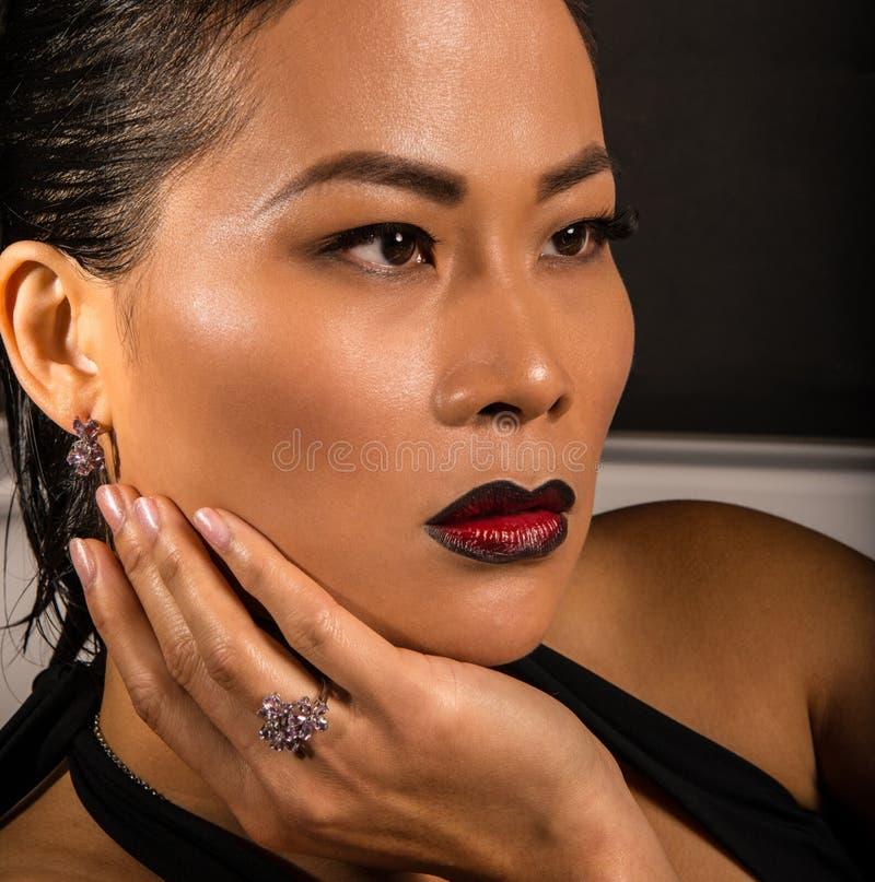 Bärande smycken för härlig asiatisk kvinna royaltyfria bilder