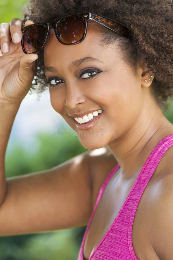 Bärande solglasögon för afrikansk amerikankvinna royaltyfri bild
