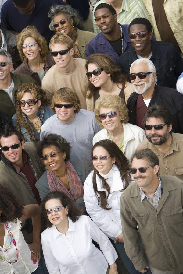 Bärande solglasögon för grupp människor royaltyfri fotografi