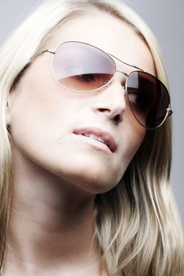 Bärande solglasögon för härlig modell royaltyfri bild