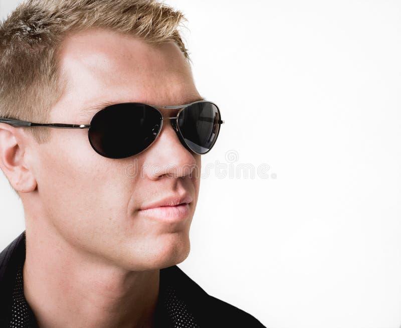 Bärande solglasögon för Handome man royaltyfria bilder