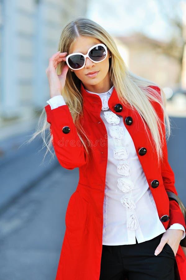 Bärande solglasögon för slank ung härlig kvinna fotografering för bildbyråer