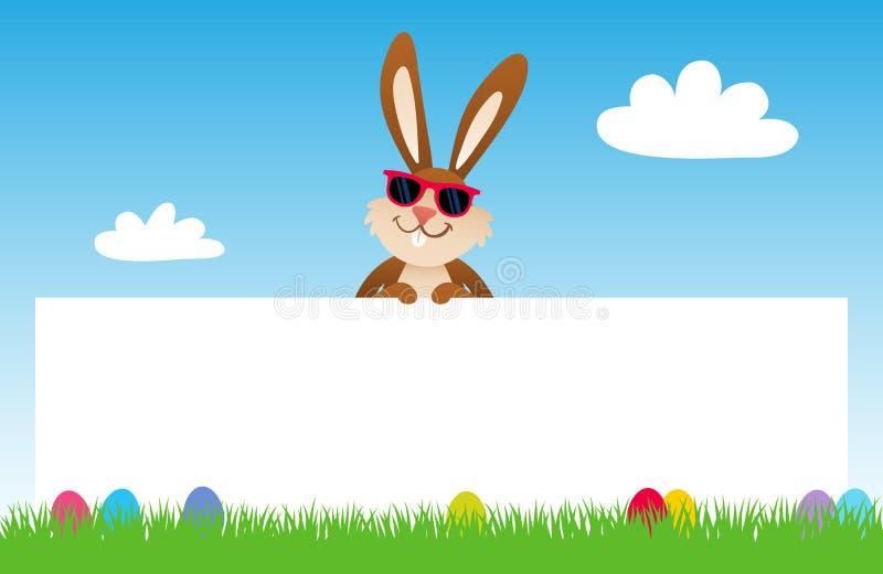 Bärande solglasögon för tecknad filmpåskkanin bak tomt baner på gräs med påskägg, blå himmel vektor illustrationer