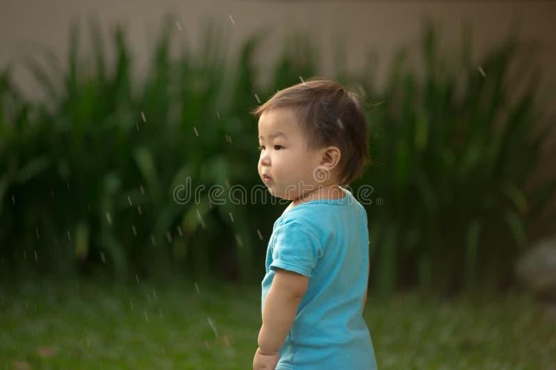 bärande sparkbyxor för 1 åriga kinesiska asiatiska pojke i en trädgård royaltyfri foto