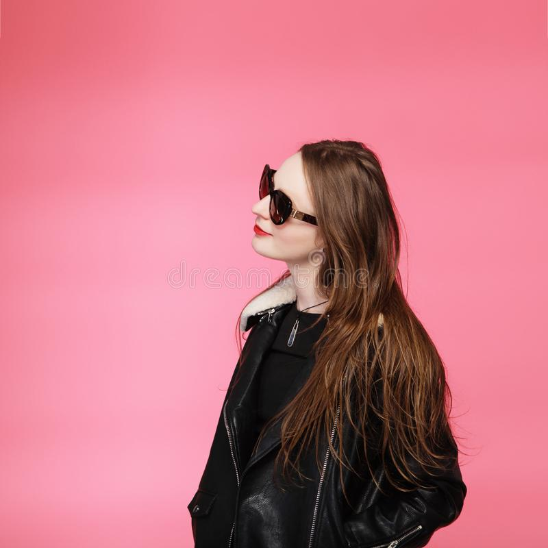 Bärande svart för modemodell i solglasögon, härlig ung kvinna arkivfoto