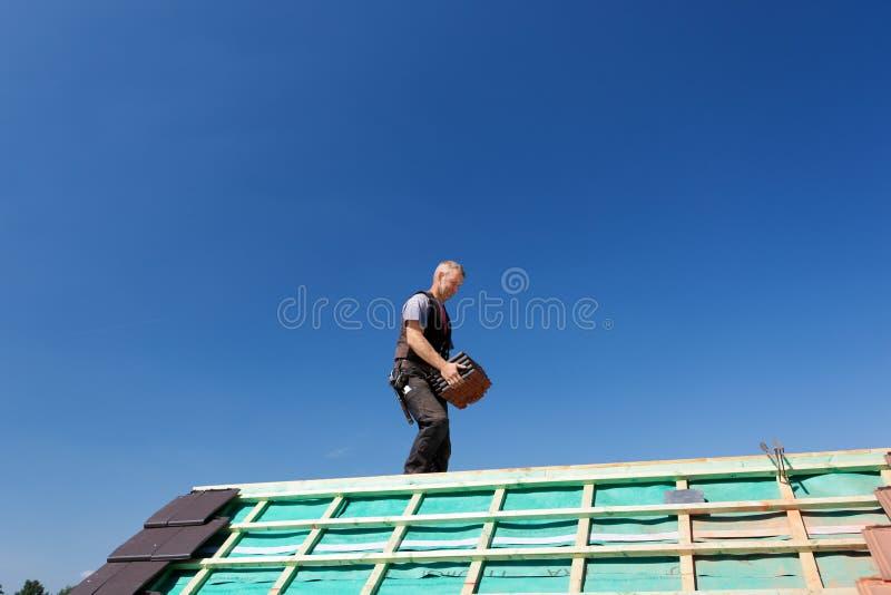 Bärande tak-tegelplattor för Roofer royaltyfria bilder