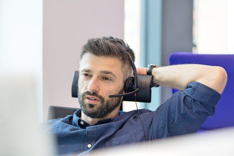 Download Bärande Telefonhörlurar Med Mikrofon För Mitt- Vuxen Affärsman I Regeringsställning Arkivfoto - Bild av tekniker, mitt: 78728348