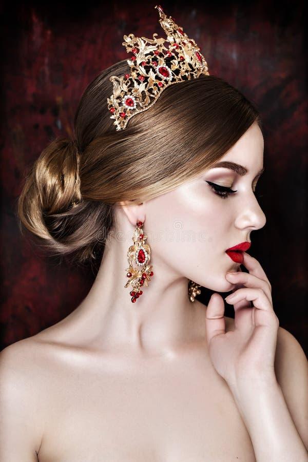 Bärande tiara för flicka och mousserande jewlery fotografering för bildbyråer