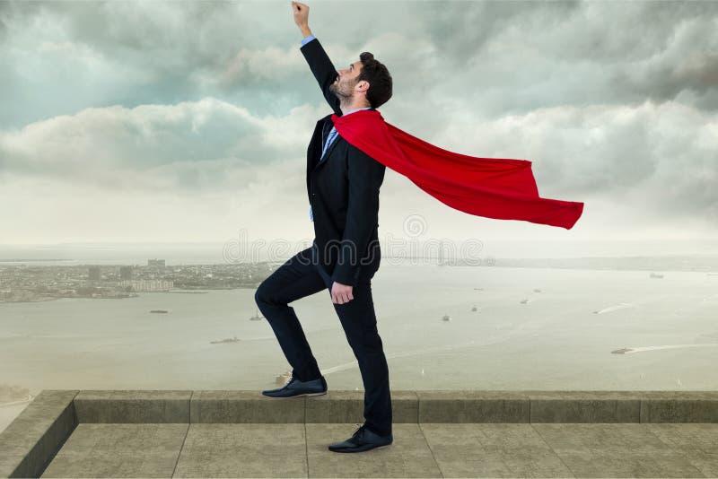 Bärande udde för affärsman med den lyftta armen, medan stå mot molnig himmel royaltyfri fotografi