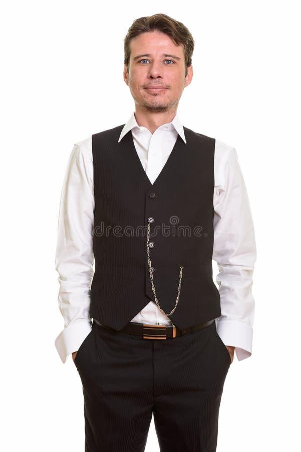 Bärande väst för stilig formell Caucasian man och se kameran arkivfoto