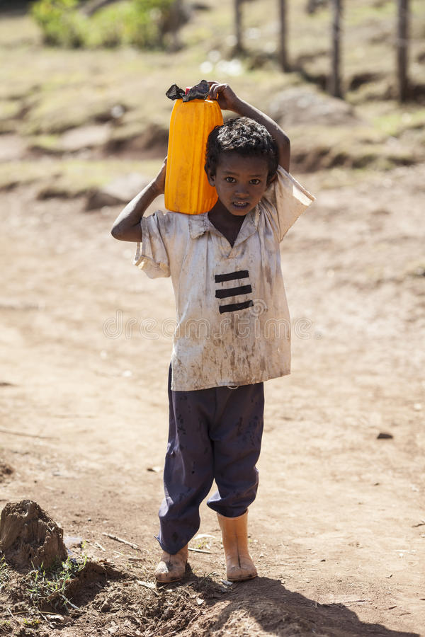 Bärande vatten för pojke, Etiopien royaltyfria bilder