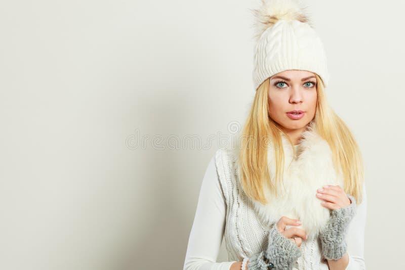 Bärande vinterkläder för attraktiv kvinna fotografering för bildbyråer