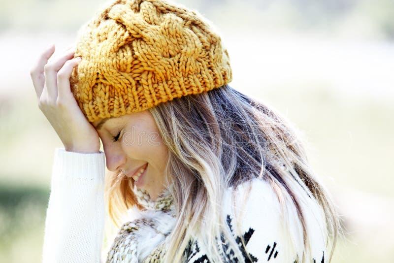 Bärande vinterkläder för blond kvinna royaltyfri foto