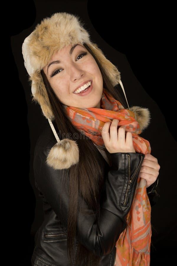 Bärande vinterkläder för gullig asiatisk amerikansk tonårig flicka fotografering för bildbyråer