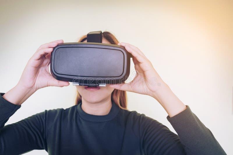 Bärande virtuell verklighetexponeringsglas 3D för kvinna royaltyfri bild