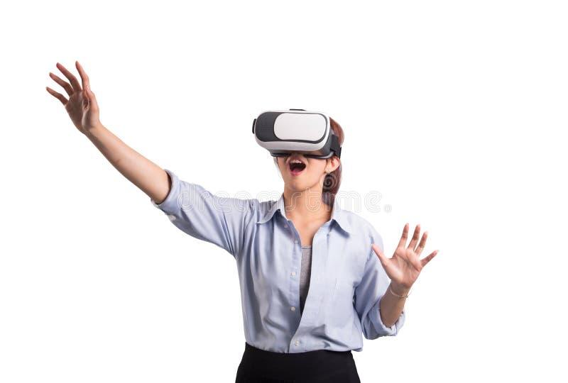 Bärande virtuell verklighetexponeringsglas för kvinna royaltyfri foto