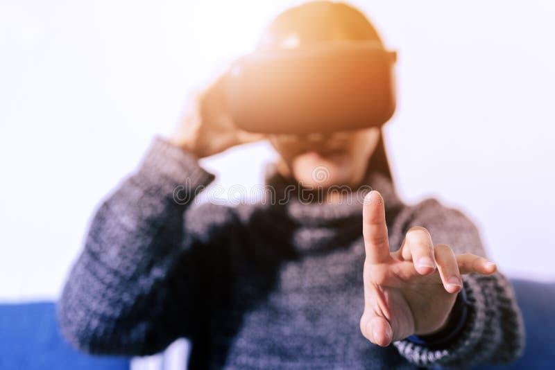Bärande virtuell verklighetexponeringsglas för kvinna Smartphone genom att använda med VR-hörlurar med mikrofon royaltyfri bild