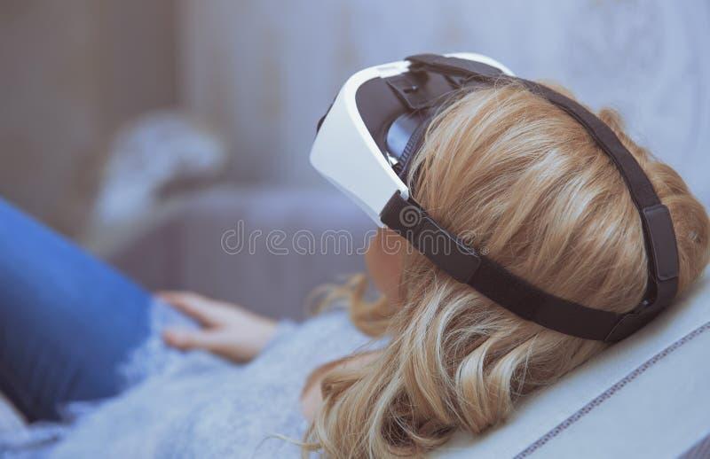 Bärande virtuell verklighethörlurar med mikrofon för kvinna arkivfoton