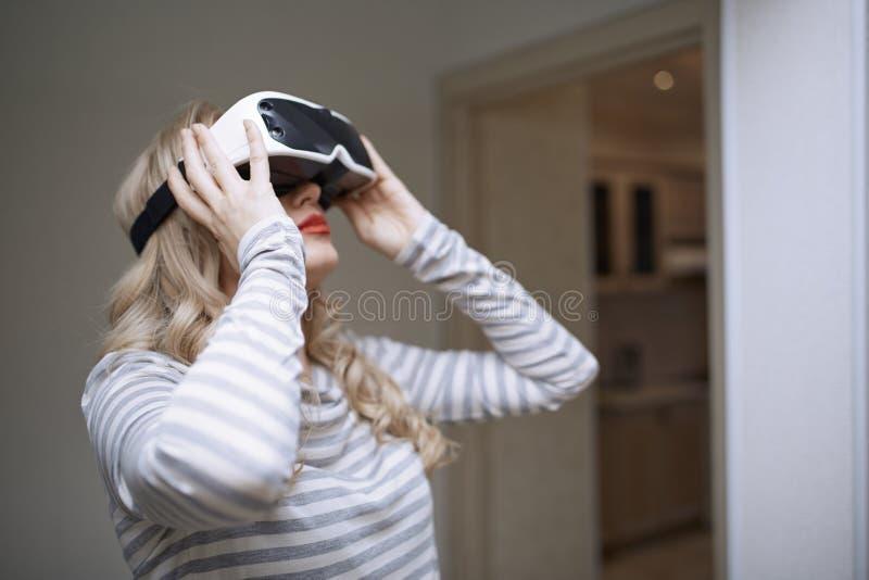 Bärande virtuell verklighethörlurar med mikrofon för kvinna royaltyfria bilder