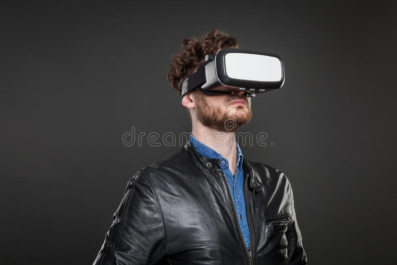 Bärande virtuell verklighetskyddsglasögon för man arkivfoton